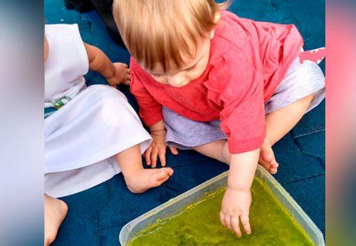 Atividade com gelatina estimula os bebês